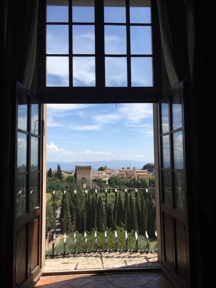 Biblioteka Monteripido widok z oknana ogród
