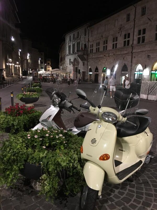 Perugia nocą skuter